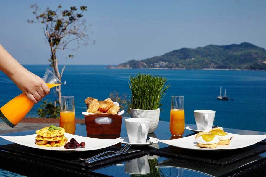 Thailand Phuket Amari Phuket clubhouse breakfast ontbijten aan zee