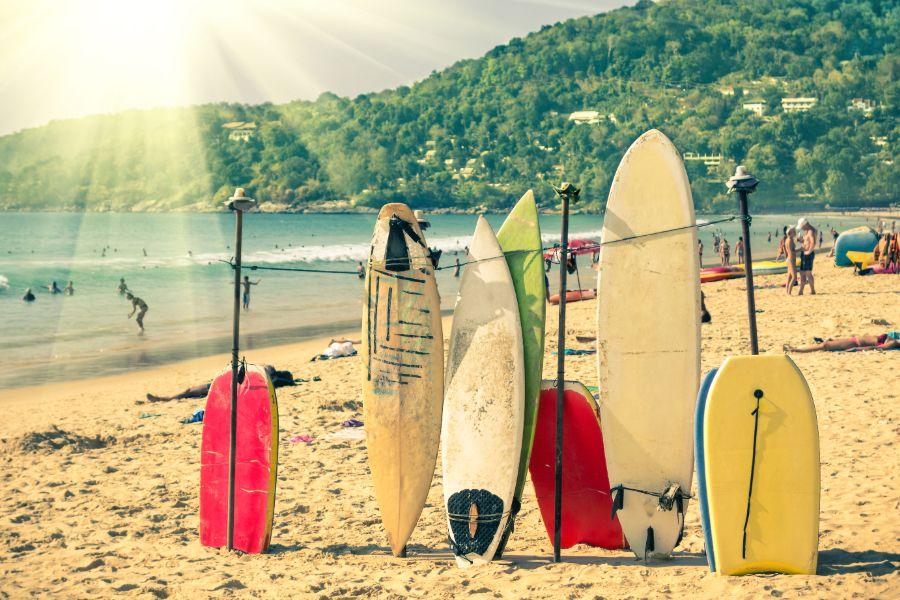 Thailand Phuket Kata Beach strand eiland zee surfboards surfen tropisch