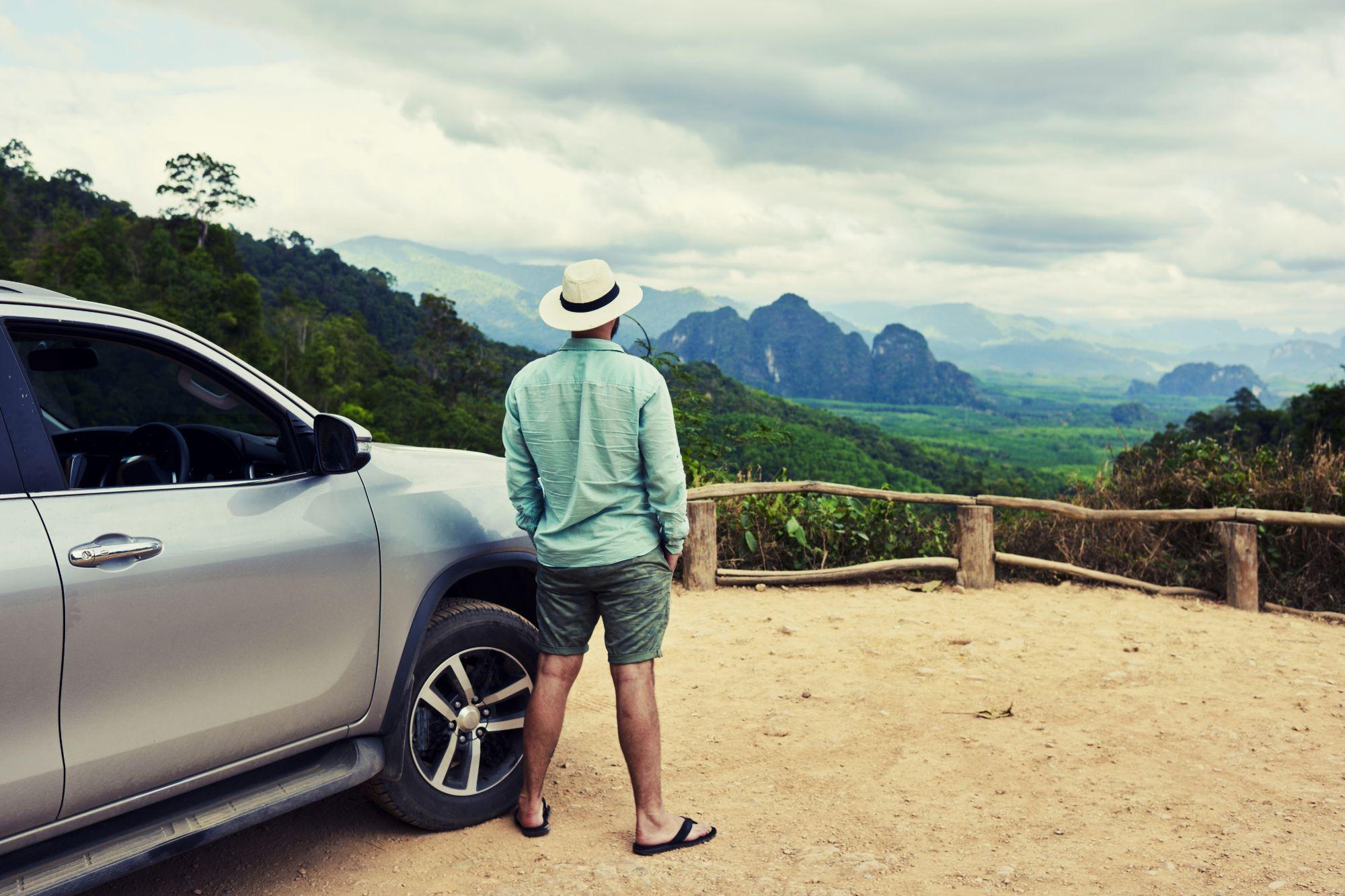 Thailand Self drive reizen Man bij auto