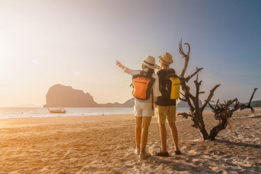 Thailand Trang toeristen man en vrouw genieten van het uitzicht op het strand