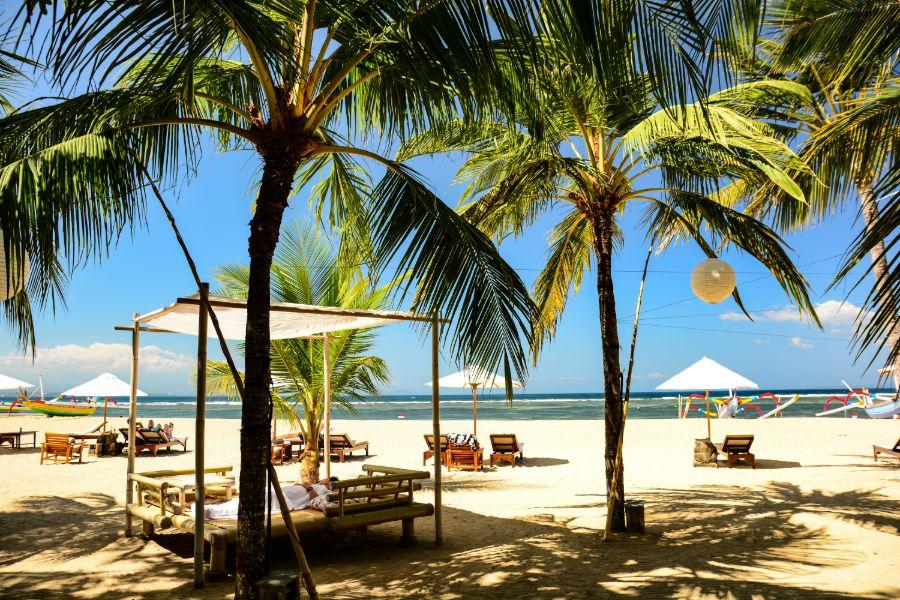 Indonesie Bali Sanur Palmbomen op strand