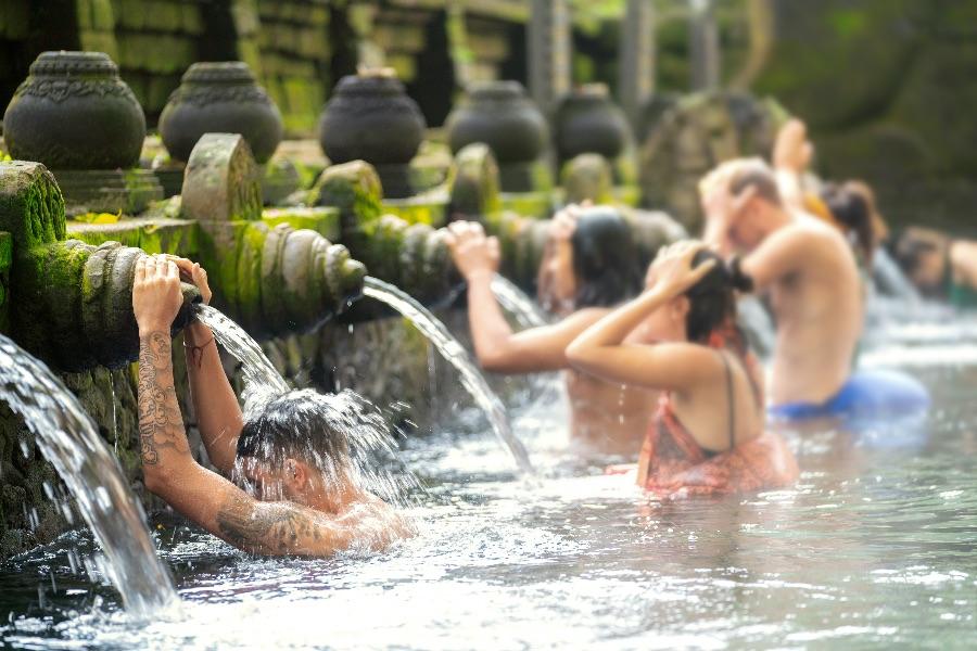 Indonesie Bali mensen bij Tampaksiring fontein