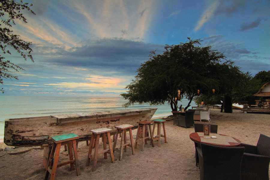 Indonesie Hotel Jambuluwuk Oceano Resort Cafe Table By The Beach 04
