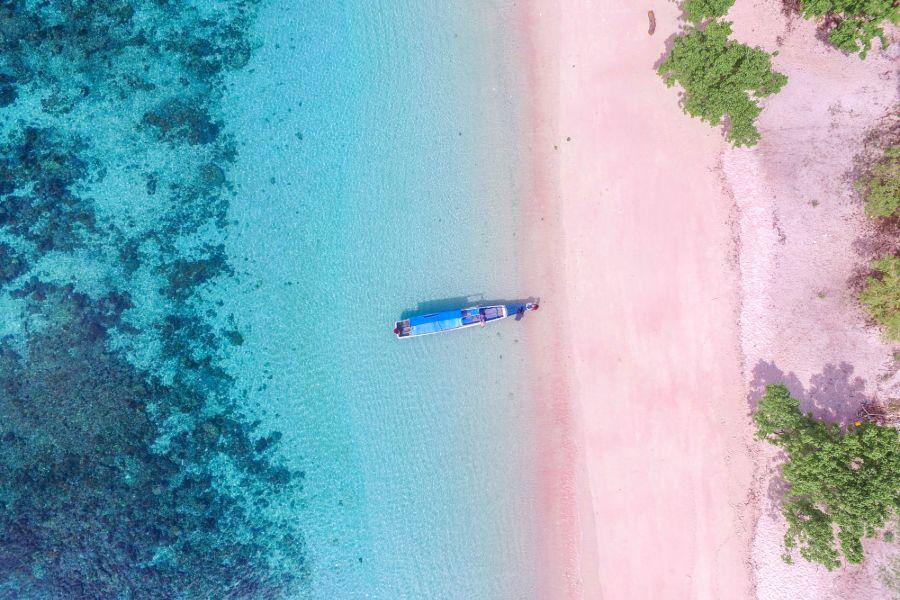 Indonesie Komodo Pink Beach Pantai Merah strand eiland
