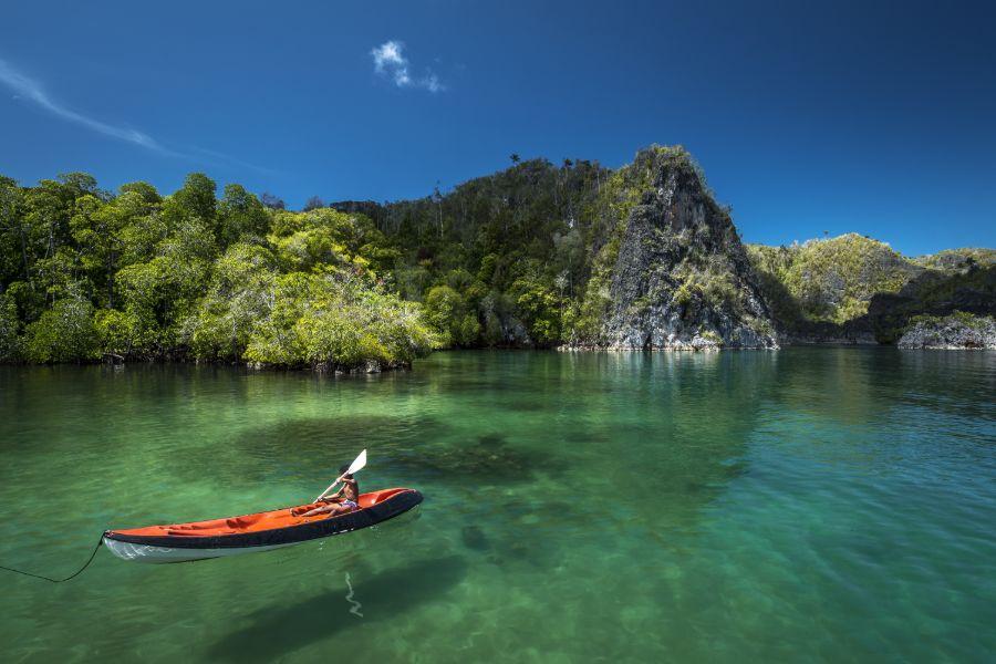 Indonesie Raja Ampat boten strand zee tropisch eiland kanovaren kanoen kano