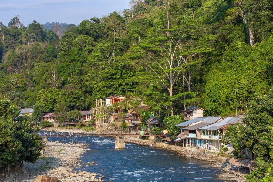 Indonesie Sumatra Bukit lawang village dorp rivier