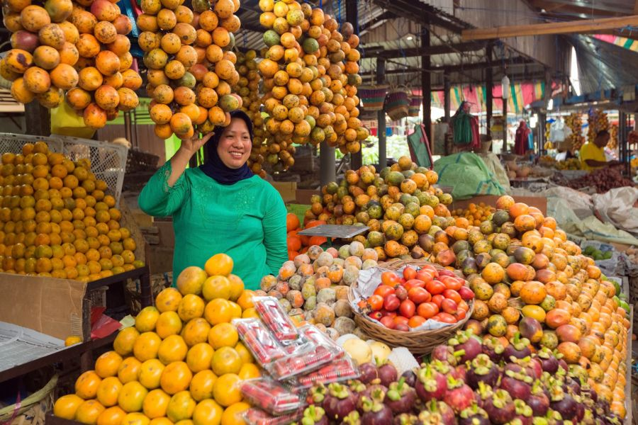 Indonesie Sumatra Medan fruit verkopen markt