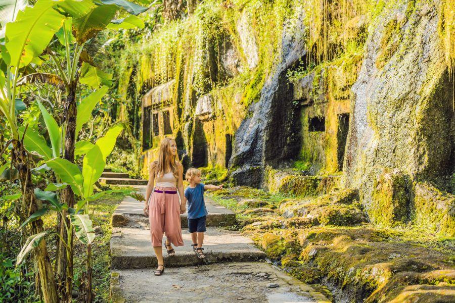 Indonesie Ubud moeder en zoon bij de Gunung kawi tempel