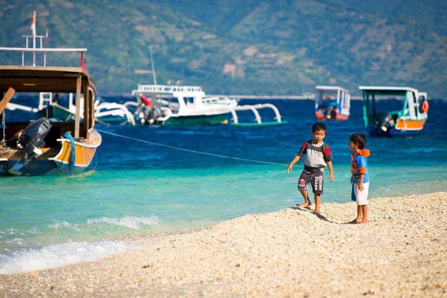 Indonesie gili trawangan jongens op het strand