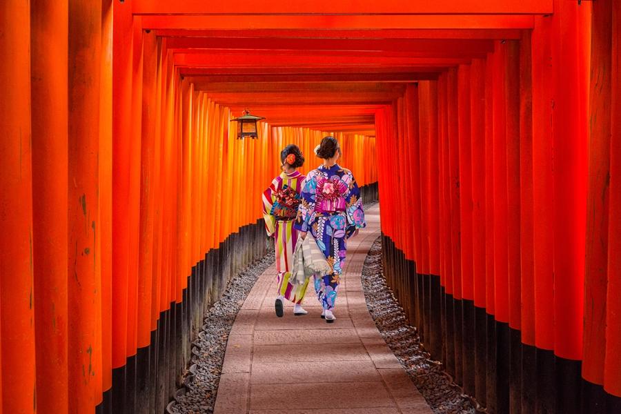 Japan Kyoto Rode Torii poortjes in Fushimi Inari shrine kimono