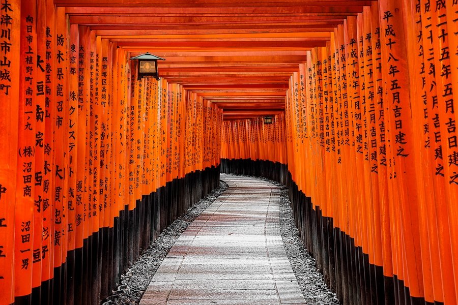 Japan Kyoto Rode Torii poortjes in Fushimi Inari shrine