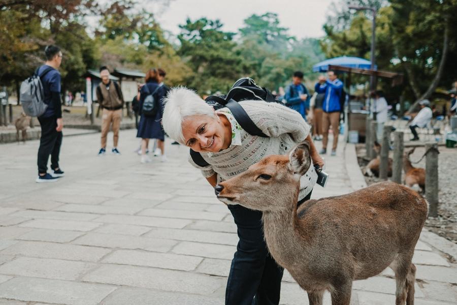 Japan Nara Vrouw met eland