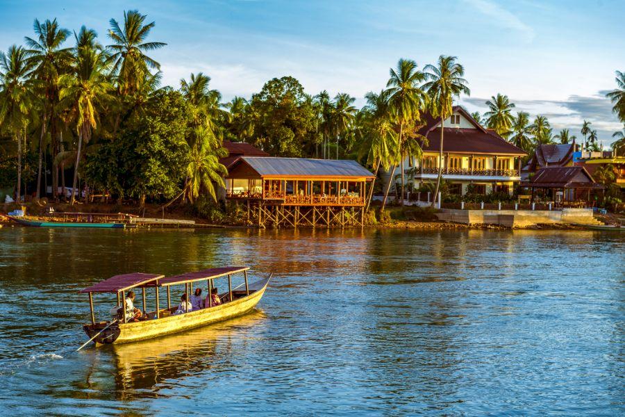 Laos Don Khone Island mekong rivier boot huizen
