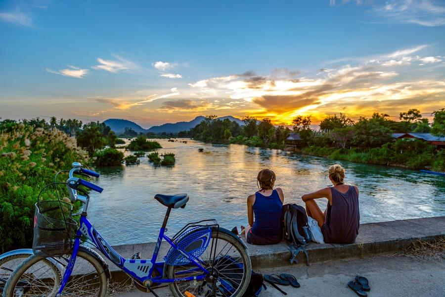 Laos Khong Island toeristen bij rivier
