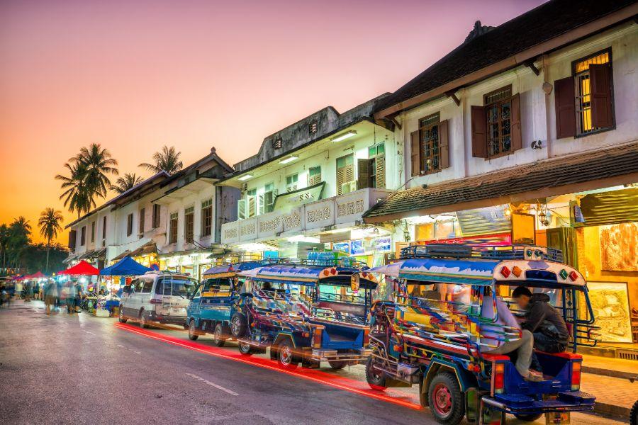 Laos Luang Prabang oude centrum tuktuk zonsondergang straat