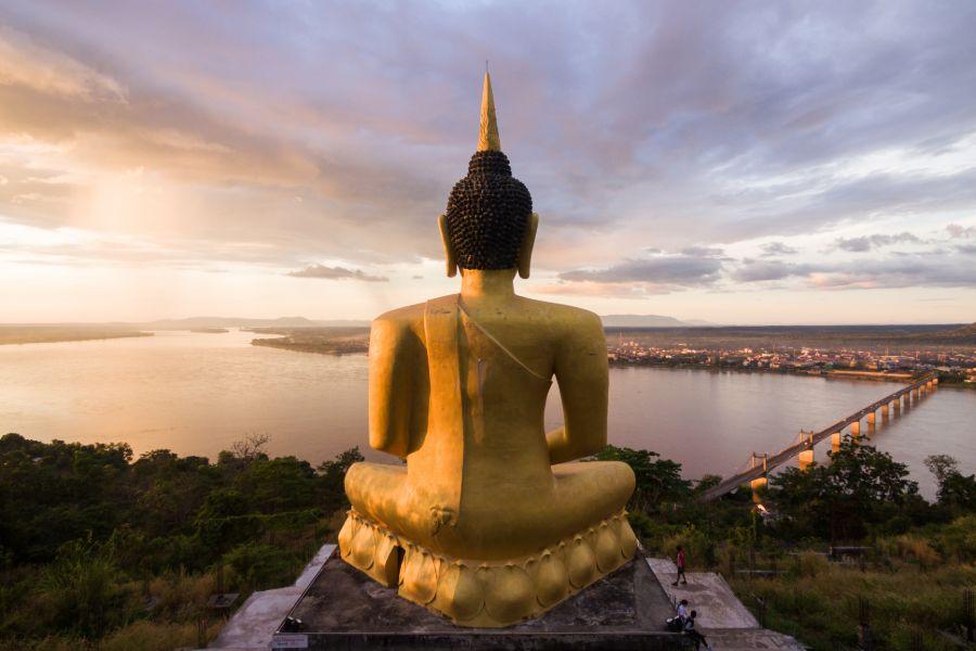 Laos Pakse gouden boedha tempel mekong rivier uitzicht