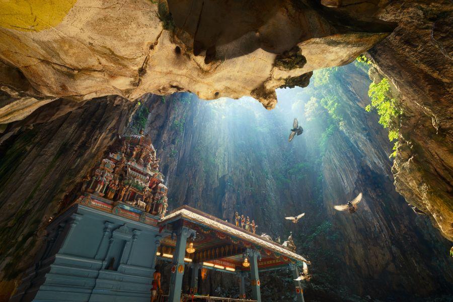 Maleisie Kuala Lumpur Batu Caves grot met lichtinval