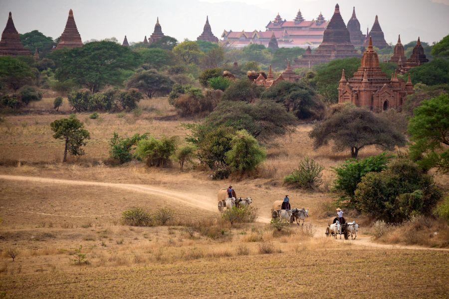 Myanmar Bagan pagoda tempel met kar