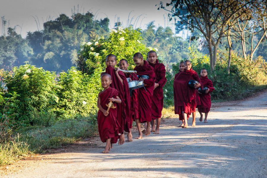 Myanmar Heho Pindaya jonge monniken op de weg van heho naar pindaya