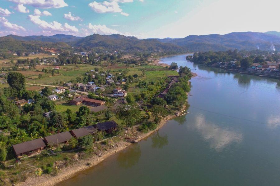 Myanmar Hsipaw Irrawaddy rivier landschap huizen