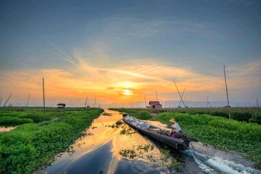 Myanmar Inle Lake boot local zonsondergang