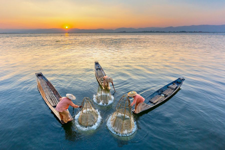Myanmar Inle Lake fisherman vissersboot traditioneel