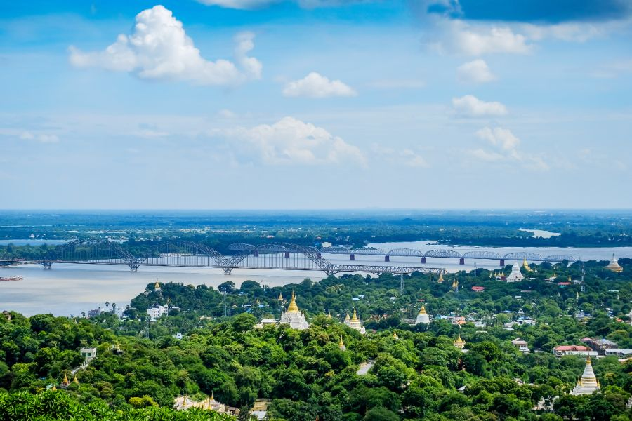 Myanmar Mandalay Irrawaddy brug tempels pagodes Irrawaddy rivier uitzicht vanaf Sagaing hill