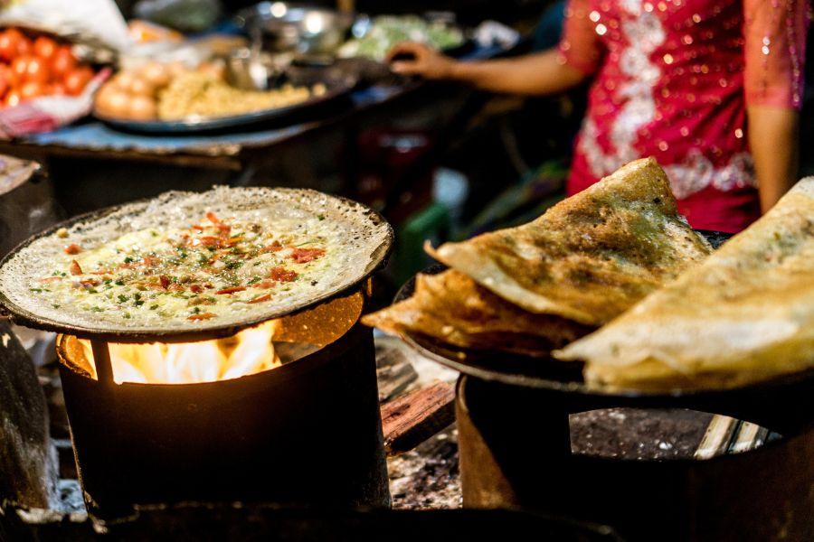 Myanmar Mandalay eten op avondmarkt market Dosa