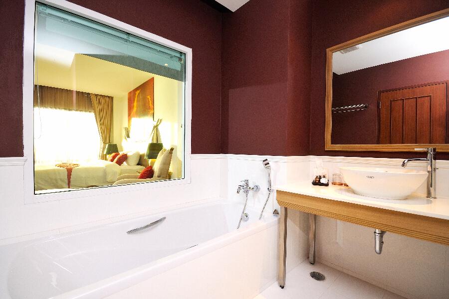Thailand Hotel Navalai Bangkok Kamer ligbad badkamer 03