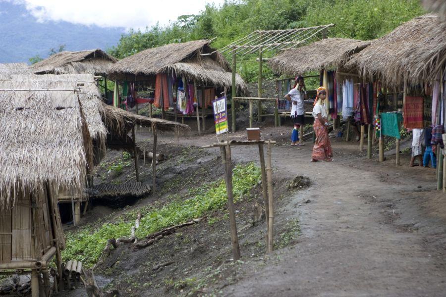 Thailand Noord Thailand Chiang Mai omgeving bergstam lokale bevolking local long neck langnek village dorp