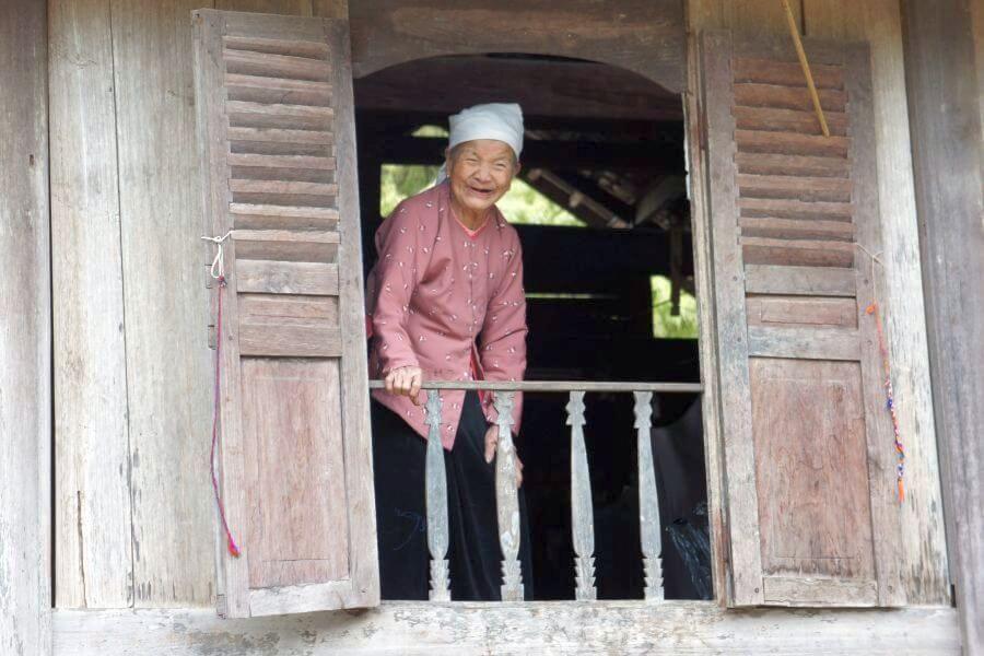 fi Vietnam Lachende Oude Vrouw Oude ambachten tour