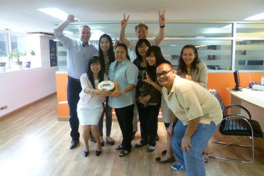 Team AsiaDirect op kantoor in het Eastin Hotel Makkasan